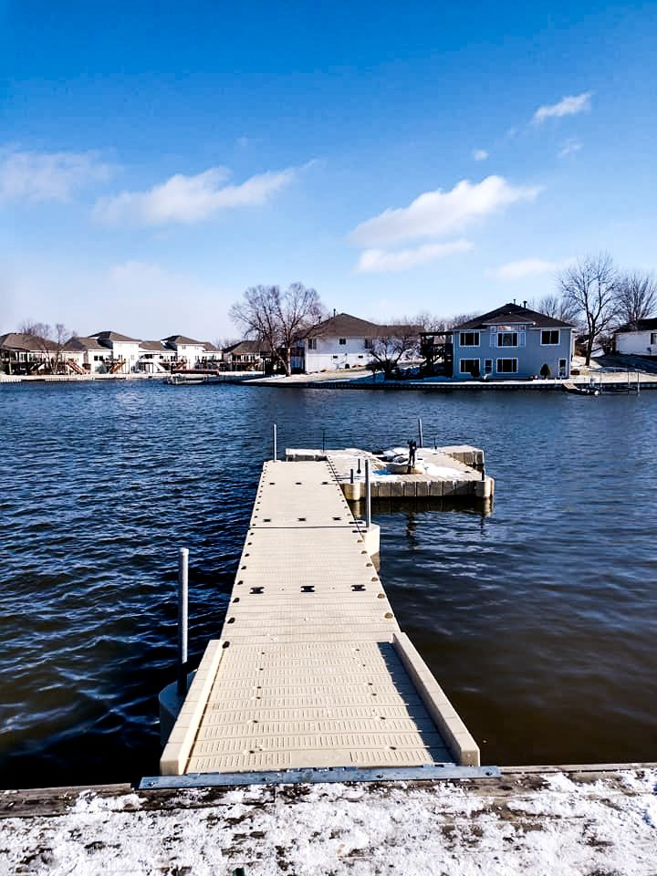 marine-dock-install-with-snow-in-the-winter